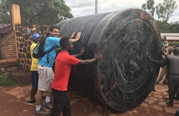 Mise en place tank à eau – Gitega – Avril 2018
